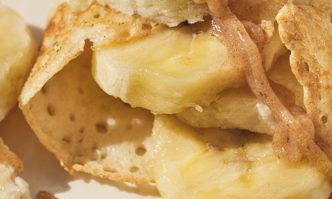 Buchweizenpfannkuchen  mit Bananen und Dattelkaramell