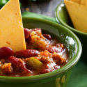 Chili mit Avocado-Joghurt-Topping