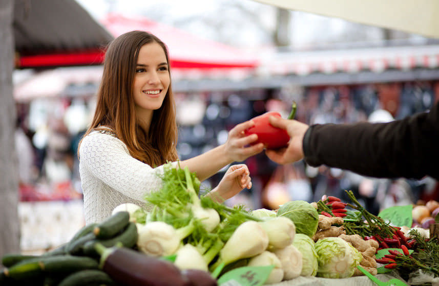 Frau kauft Paprika