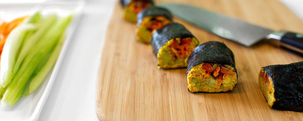 Nori-Rollen mit Ingwer-Mandel-Pastete und rohem Gemüse