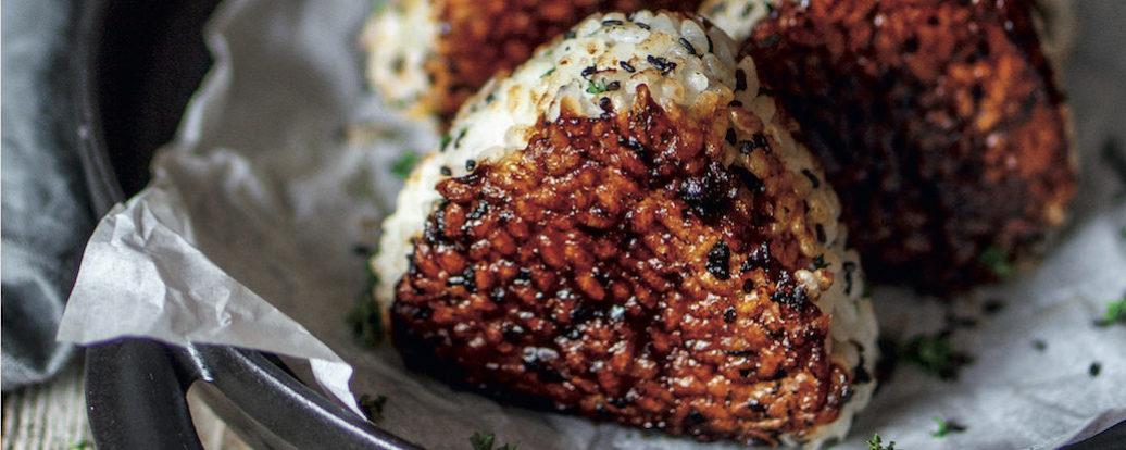 Gegrillte Onigiri mit BBQ-Soße