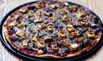 Pizza mit karamellisierten Zwiebeln