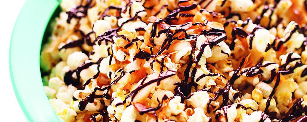 Popcorn mit gerösteten Kokosflocken