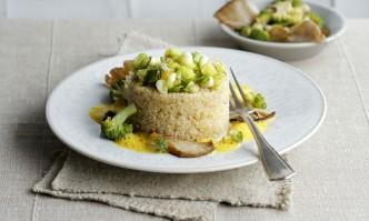 Quinoa mit Brokkoligemüse und Curryschaum