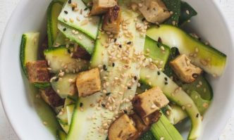 Gurken-Zucchini-Salat mit Räuchertofu