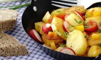 Bauernpfanne mit Kartoffeln und Radieschen