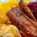 Vegane Entenbrust mit Knödeln und Rotkohl